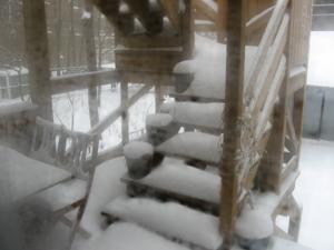 Deck enneige, à travers la fenetre embuee